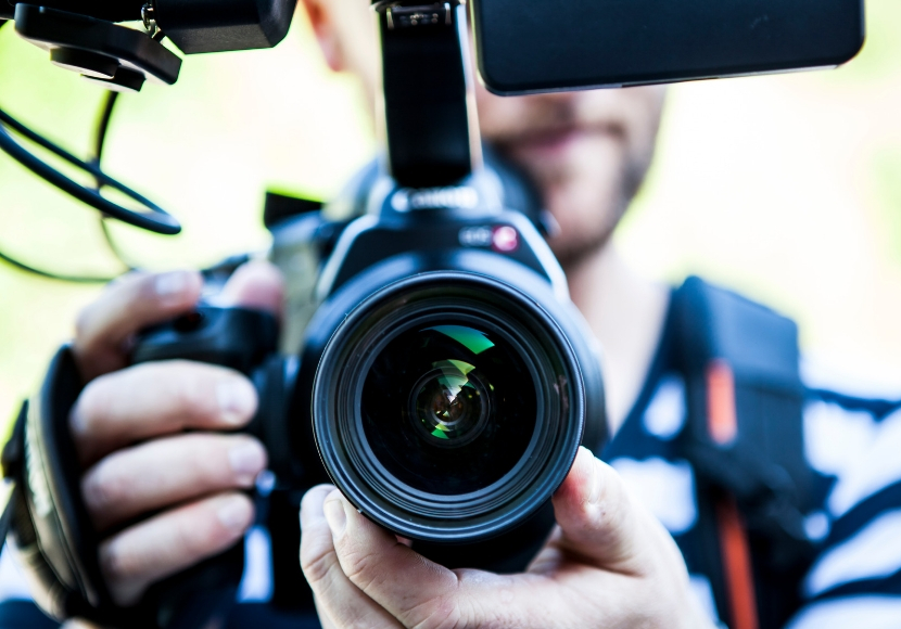 ビデオカメラを構える男性
