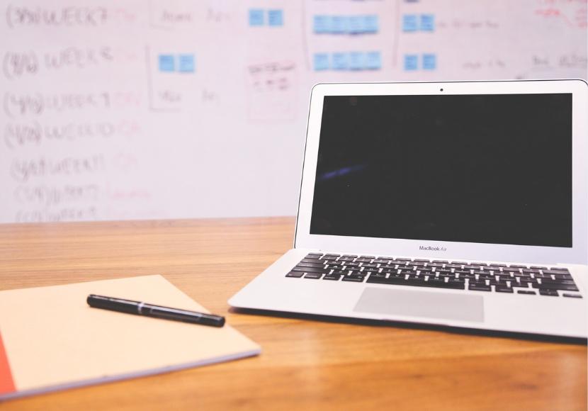 ノートパソコンとホワイトボード