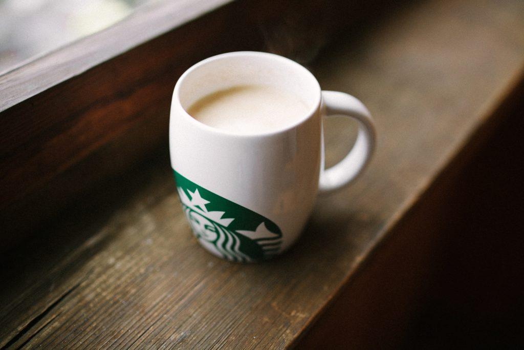 スターバックスのカップに入ったカフェラテ
