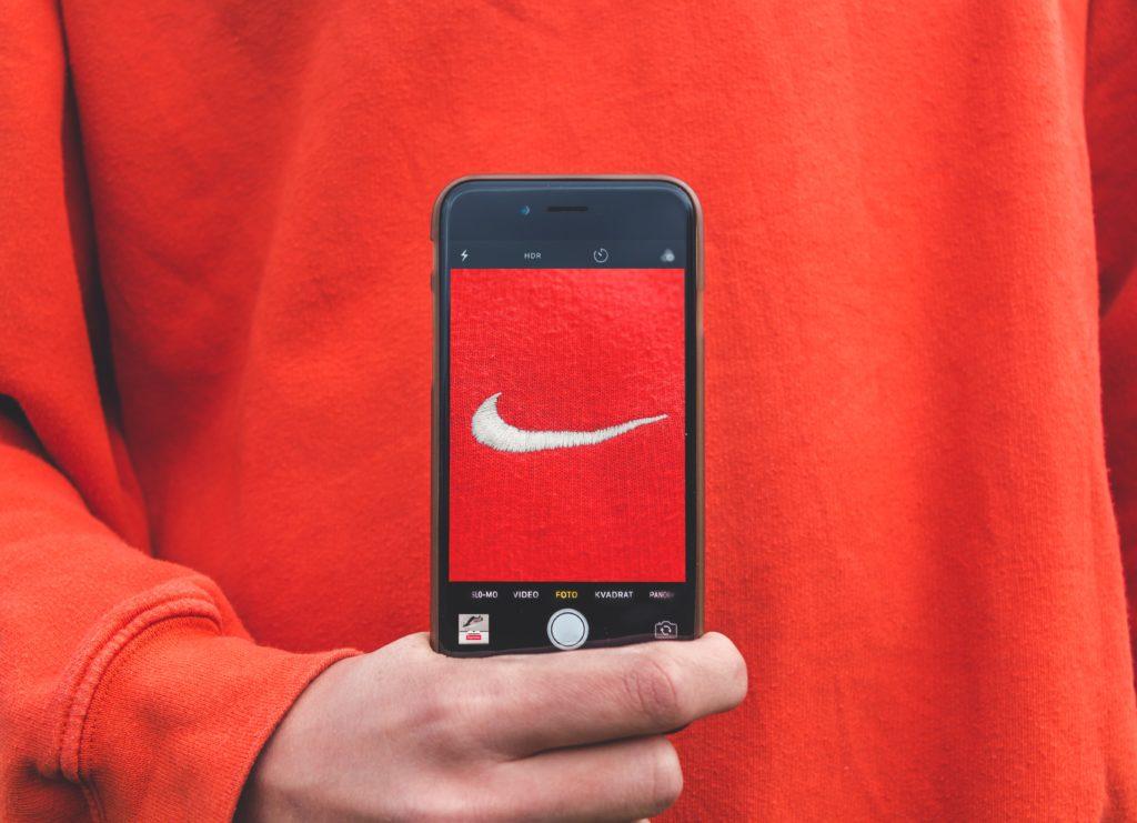 ナイキのロゴとスマートフォン